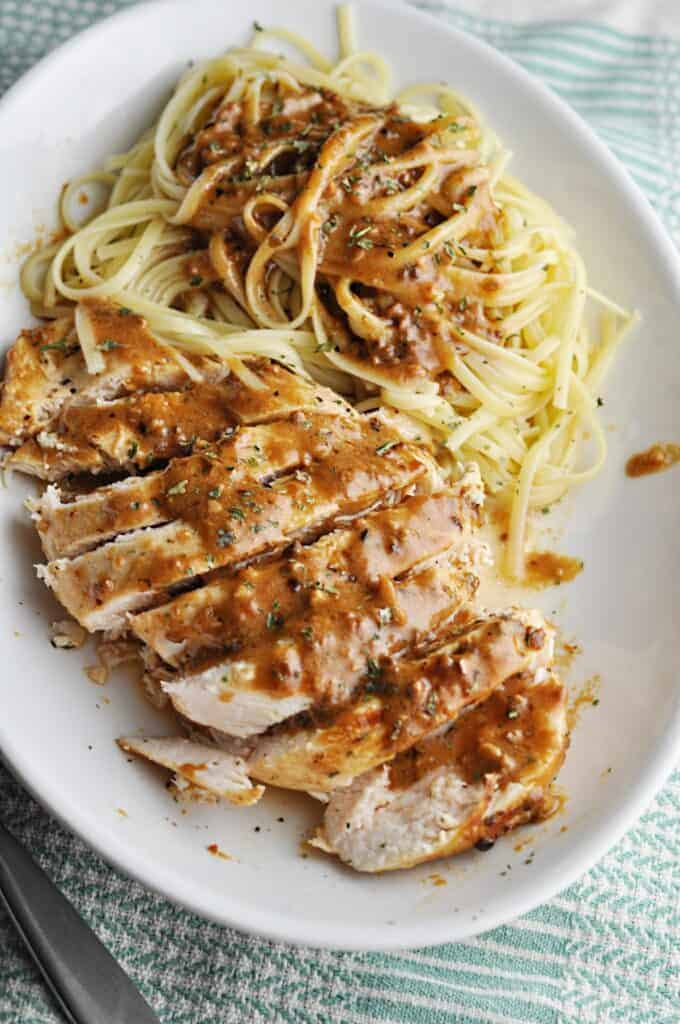 Linguini with chicken and garlic sauce
