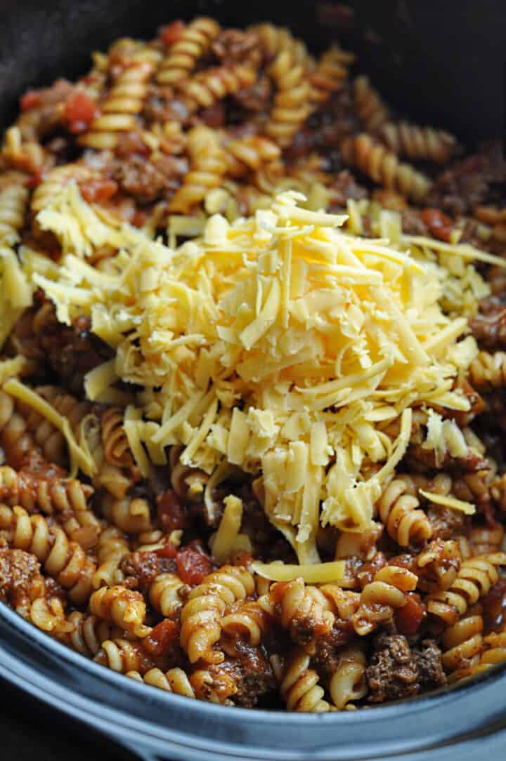 Pasta goulash with shredded cheese on top